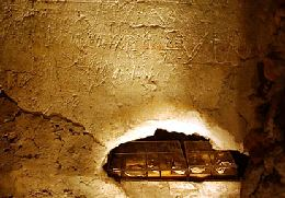 grafitti-wall-detail-wall-G-saint-peter-tomb-glass